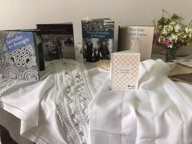Autour de la nappe blanche…à Betton et àCarnac